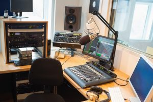 What are the differences between an online radio station and a regular radio station